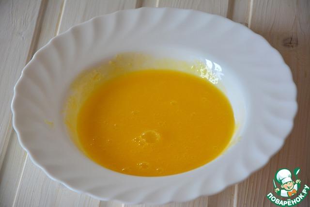 Желтки отделим от белков. Желтки разотрем с солью и дадим немного настояться
