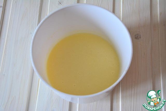 В отдельной чаше взобьем венчиком 3 белка и 110 г сахара. Добавим сметану и 80 г растопленного масла. Все это выльем в чашу с опарой
