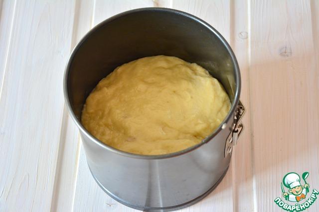 Выкладываем тесто по смазанным формам. Даем еще минут 30 на расстойку. Выпекаем в течение часа при t -180* (время выпечки зависит от размера вашей формы). Маленькие куличи были готовы через 30 минут.