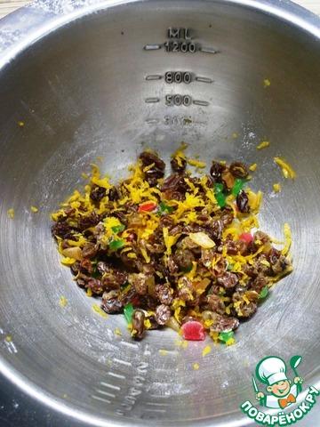 Изюм замочить в кипятке на 10-15 мин, после изюм отжать, слегка обсушить на бумажном полотенце. Переложить изюм в миску, добавить туда же ананас, можно любые сухофрукты или цукаты, лимонную цедру и чайную ложку муки. Перемешать.