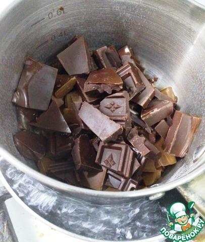 Горький и молочный шоколад растопим на водяной бане, добавляем туда коньяк или ликер (по желанию) и сливки. Хорошенько размешиваем до однородности