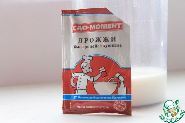 Отмерить половину (100гр) муки. Теплое молоко смешать с дрожжами.