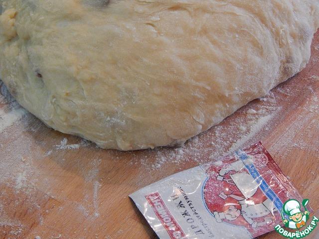В миску просеиваем муку, добавляем соль, сахар, дрожжи. Добавляем масляно - молочную смесь, яйца (3 шт.) и замешиваем тесто. По муке: ее может понадобиться чуть больше, или меньше, смотря по ее влажности.