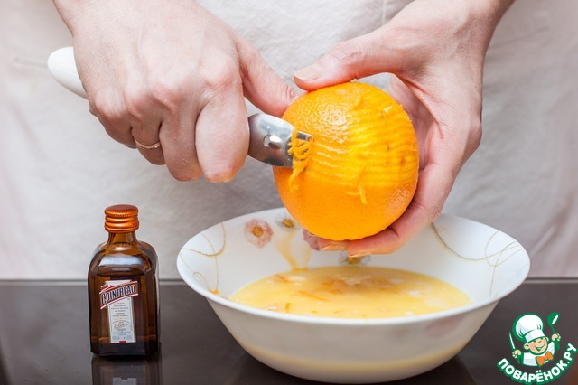 В молочно-дрожжевую смесь добавьте ликер, яйца, растопленное сливочное масло, оставшийся сахар и цедру апельсина
