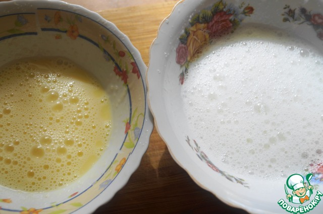 Опару перельем в большую чашу. Желтки разотрем с сахаром, а белки взобьем в пышную пену.