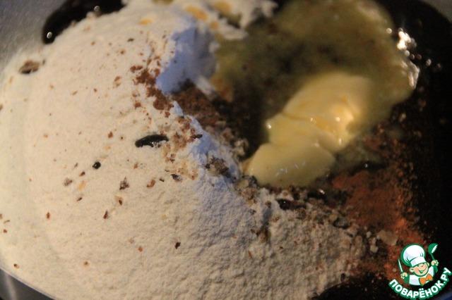 Яйцо разделим. В миску с подошедшей опарой добавим мягкое сливочное масло, желток, смесь из какао, оставшуюся муку и специи.   Хорошо замесим тесто, соберём в шар и под полотенцем (салфеткой) пусть подходит час в тёплом месте.