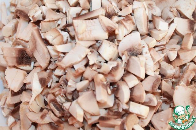 Нарезаем мелко грибы.