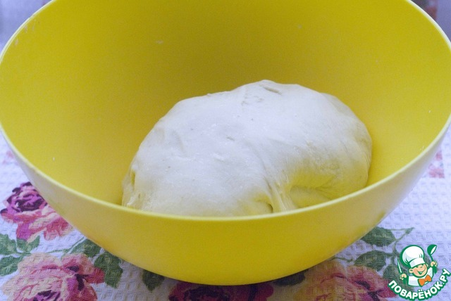 Теперь делаем конечное тесто. Соединяем наше тесто с ингредиентами третьего замеса и замешиваем гладкое тесто, пока оно не станет отходить от рук, или в ХП. Кстати я вместо лимонного сока добавляю пару ложек закваски, мне так больше по вкусу. Накрываем и даем подойти в теплом месте 1 час.