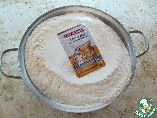 Для приготовления дрожжевого теста опарным способом использую дрожжи для сдобы САФ-МОМЕНТ. Все продукты заблаговременно согреть при комнатной температуре. Муку пшеничную высокого качества обязательно просеять.
