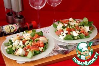 Салат с сёмгой, овощами и сыром сиртаки