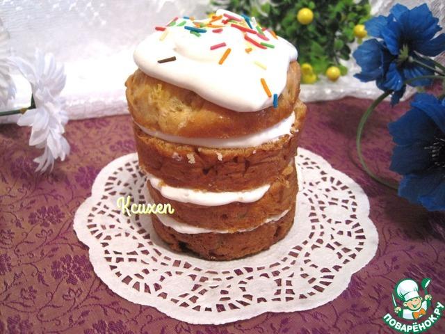 Для крема: взбиваем охлаждённые сливки в пышную пену, сахарную пудру добавляем по вкусу, учитывая, что куличи сладкие. Добавим творожный сыр и ещё раз взобьём массу в пышный крем. Прослоим куличики кремом, украсим по желанию. Десерт готов!