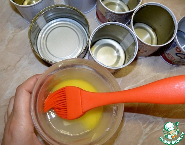 Тем временем смазать жестяные формочки растопленным маргарином. Если используете бумажные формочки, то смазывать не надо.