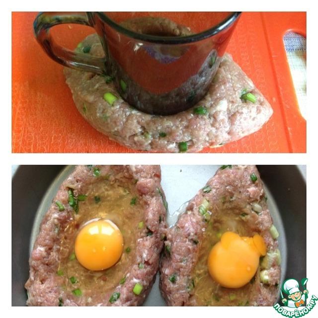 Кружкой делаем углубление в котлете. Переносим ее сразу в форму для выпечки, смазанную растительным маслом. Руками помогаем делать отверстие-лодочку. Вбиваем в отверстие сырое яйцо, и отправляем котлеты в духовку при 190 град. на 25-30 минут.