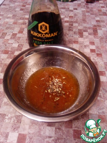"""Для маринада разводим уксус минеральной водой, добавляем масло, травы и соевый соус """"Киккоман"""""""