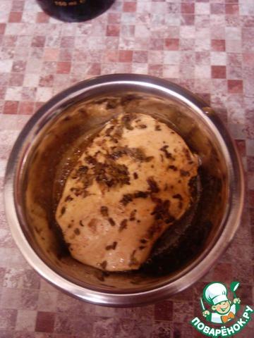 Грудку с горячим маринадом выкладываем в маленькую емкость, накрываем пленкой и оставляем до полного остывания.
