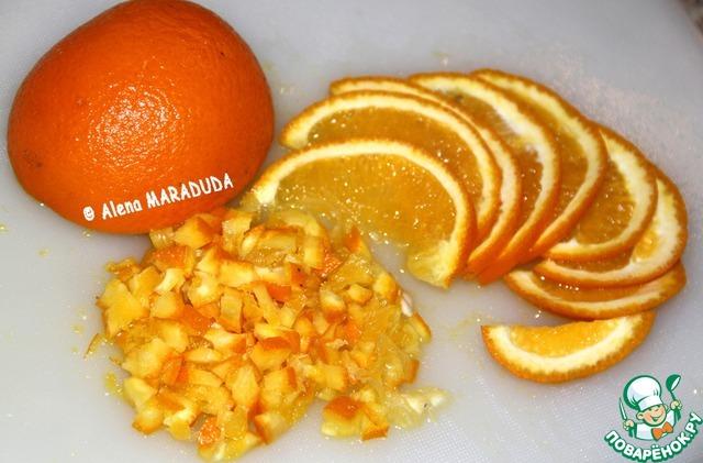 А тем временем подготавливаем добавки для теста. Тщательно моем апельсин теплой водой (все цитрусовые покрывают внешне воском) и мелко нарезаем вместе в цедрой. Сначала пополам, потом на тонкие дольки и измельчаем дольки вдоль.