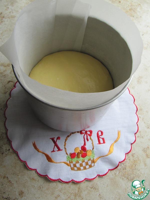 Дно и бока формы застелить бумагой для выпечки, заполнить на 1/3 и поставить на расстойку.