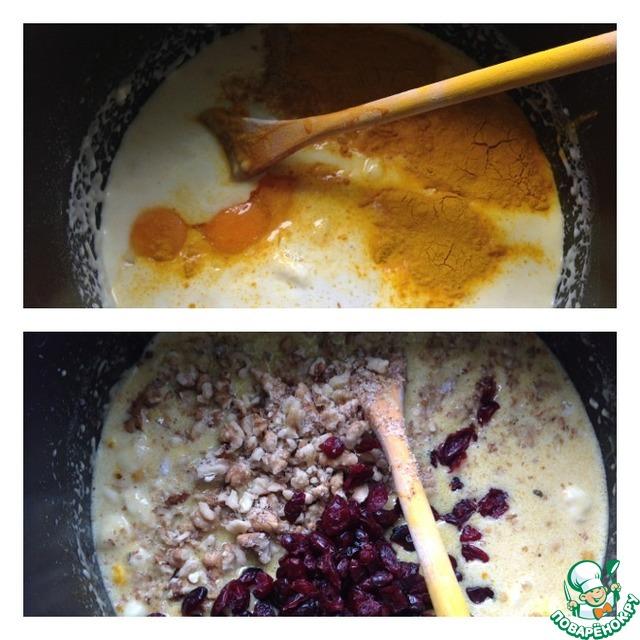 Всыпать шафран, растопленное масло и 3 желтка. Перемешать.    Всыпать клюкву и орех, измельченный мелко, но не в пыль. Перемешать