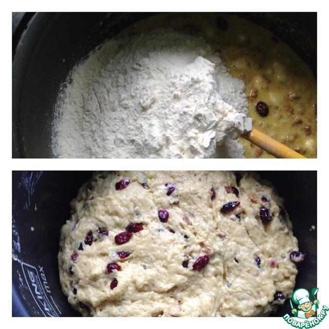 Добавить муку и вымесить тесто. Тесто к рукам липнет.    Добавить растительное масло и еще немного вымесить.     Оставить тесто в теплом месте на 2 часа.    Готовое тесто выложить в смазанные растительным маслом формы - на половину объёма формы.     Выпекать при 190*С до готовности. Проверять деревянной шпажкой.