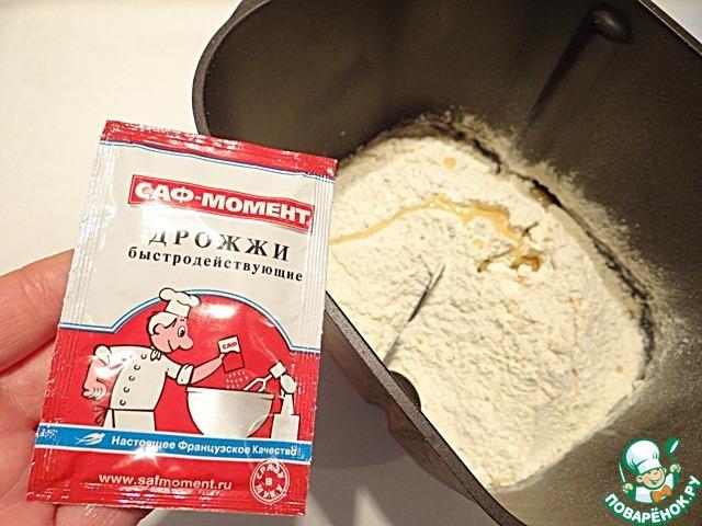 Тесто я замешиваю с помощью хлебопечки. В ведерко хлебопечки наливаю теплое молоко, добавляю просеянную муку, сухие дрожжи, масло растительное, сахар, соль.