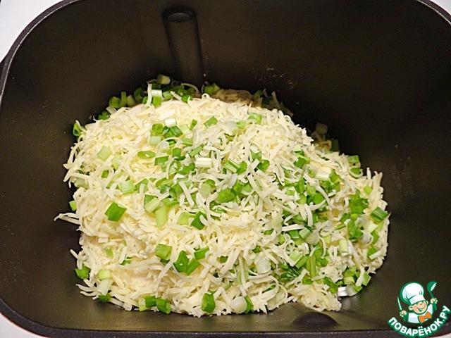 Добавляю нарезанный зеленый лук и твердый сыр, натертый на средней терке.