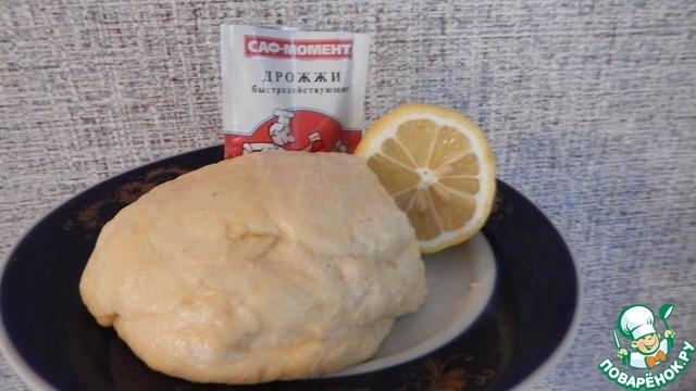 Желтки ( 5 штук) взбить с сахаром, добавить цедру лимона.. В желтки добавить опару, растопленное сливочное масло, размоченный изюм, соль. Белки ( 5 шт) взбить и добавить в тесто. Понемногу добавляя муку, замесить тесто. Дать тесту отдохнуть 2 - 3 часа.