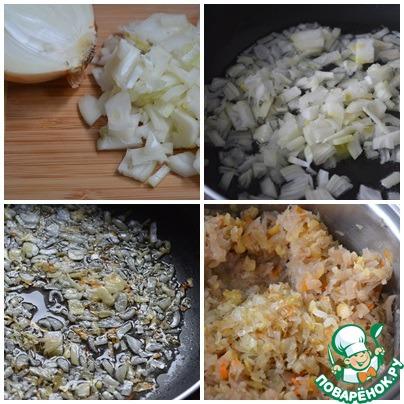 Лук мелко нарезать и обжарить на растительном масле до золотистого цвета. К горячей капусте добавить вареный горох и лук вместе с маслом, на котором его жарили. Добавить соль и перец по вкусу, проварить несколько минут. Если капуста не очень кислая, добавить, отжатый ранее сок из капусты.