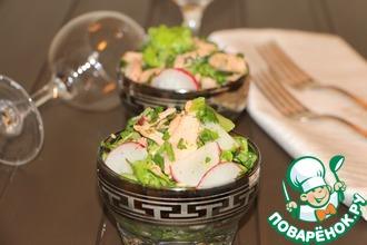 Зеленый салат с горбушей и редисом