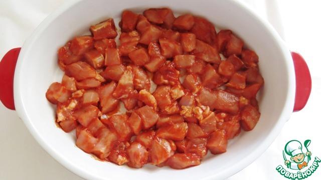 В это время можно подготовить овощи и сыр. Лук нарезаем полукольцами, если небольшой. Если большой, то четвертинками. Картофель тоже кольцами или полукольцами - толщиной около 2-3 мм. Сыр трем на крупной терке.   По истечении времени, форму смазываем растительным маслом и начинаем выкладывать слои. Первый - мясо.