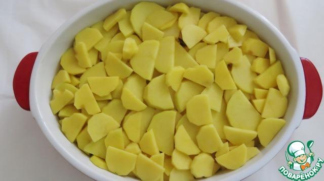 Третий - картофель. Картофеля получается 2-3 ряда, не забывайте его подсаливать. Или можно весь нарезанный картофель посолить в миске, а потом уже выкладывать в форму.