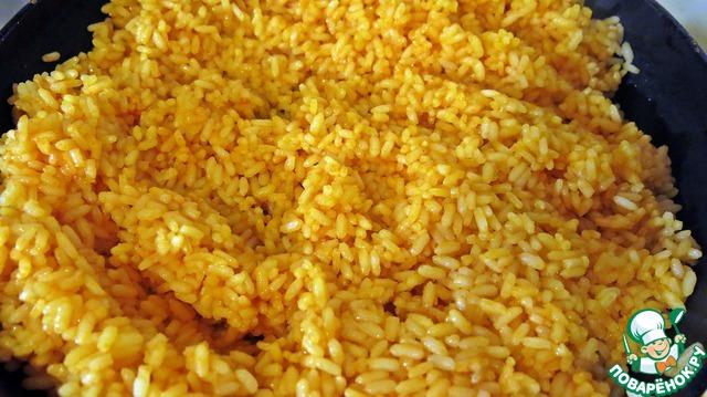 Добавляем рис в сковороду и перемешиваем все лопаткой до однородного цвета!
