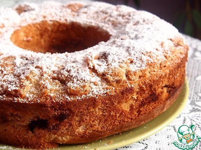 Вынуть кекс из формы и посыпать сахарной пудрой.