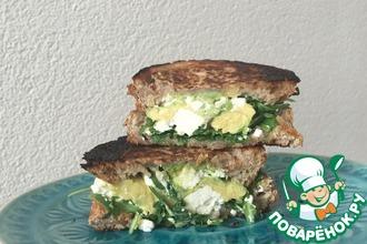 Сэндвич с авокадо, рукколой и сыром