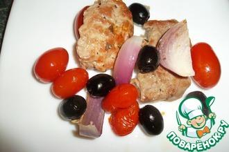 Мясо с маслинами и помидорами черри
