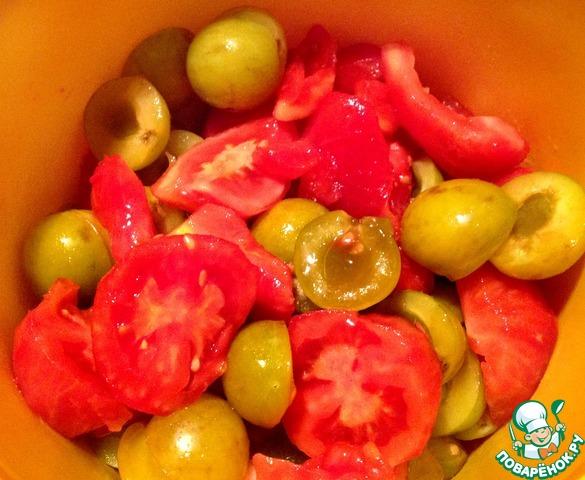 Обдаем помидоры кипятком на 30 сек и снимаем кожуру. Режем на несколько крупных частей. Сливы очищаем от косточек (если кожура у сливы толстая, то и ее лучше очистить, у меня были с тонкой - я решила оставить).