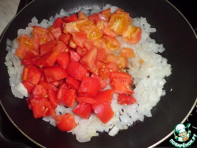 Лук режем и обжариваем в растительном масле. Добавляем к нему помидор (предварительно очищенный и нарезанный). Готовим на среднем огне, под крышкой.