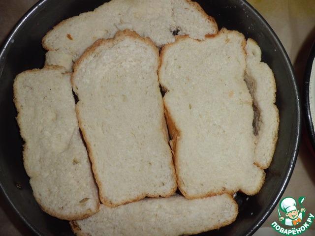Хлеб нарезаем кусочками около 3 см в толщину, не меньше. Окунаем в молоко с двух сторон, немного отжимаем и выкладываем им дно формы.