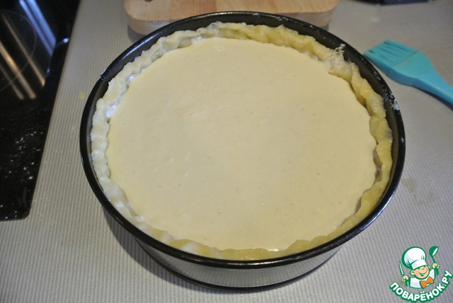 Достать пирог из духовки, залить начинку, поставить ещё на 25 минут при 180 градусах.