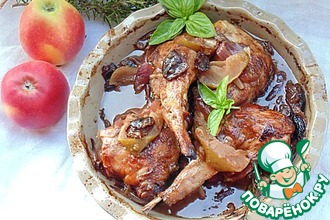 Медовый кролик с яблоками и красным луком