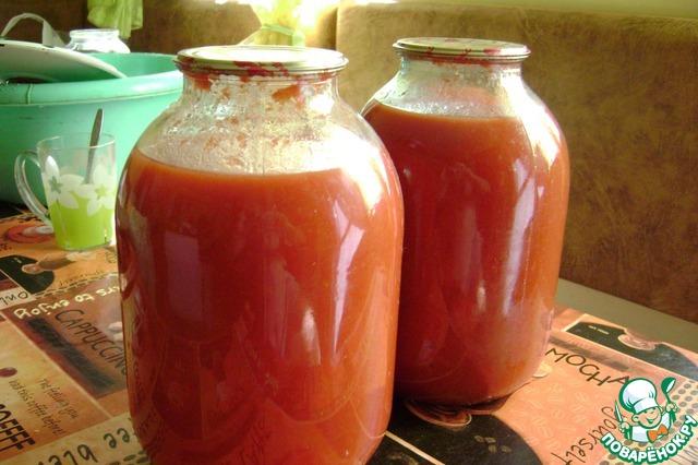 """В казанок наливаем 3 литра томатного пюре,... Как его делать я описал в рецепте """"Томатный соус"""". И рекомендую сделать его заранее.    В разогретое томатное пюре всыпаем порезанный болгарский перец.    Закипело - через 10-15 минут всыпаем порезанный сельдерей... (если есть черешковый - прекрасно, режем и листву и черешки. Если есть листовой - мелко режем и в казанок). Соль-сахар, острый перец, гвоздику, кориандр и варим еще минут 10 на среднем огне - до размягчения перца, но не перевариваем - это не """"лютеница"""".    Пробуем на соль и специи, если устраивает - по банкам и стерилизуем, литрушки минут 10-15 с дальнейшим остыванием """"под шубой"""". Это наша гарантия хранения в квартирных условиях.    Соус поистине универсальный, может использоваться как гарнир и как компонент более сложного блюда, и как соус.         Читайте, смотрите, делайте..."""
