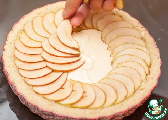 Достать форму с тестом из духовки, заполнить ее творожной массой и сверху выложить тонко нарезанные дольки яблок, можно в несколько слоев. Яблоки лучше всего брать кислые. Смазать яблоки растопленным сливочным маслом и присыпать мелким коричневым сахаром. Выпекать 45-60 минут при 150С. За счет низкой Т яблоки становятся чуть подвяленными, но не сухими, приобретают волшебный золотисто-медовый цвет.