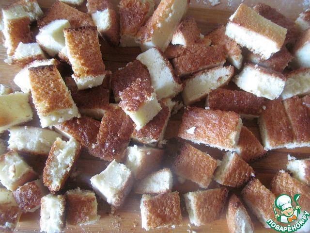 3. Для бисквита взбить 4 яйца, 120 гр. сахара и 120 гр. муки. Готовый бисквит нарезать на квадратики.