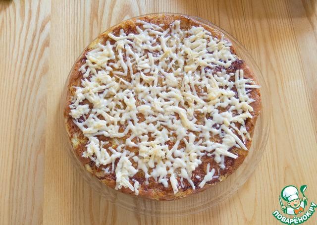 """Пока она ещё горячая, выкладываем на нее заранее натертый на крупной терке сыр и после того, как он расплавится, можно звать всех к столу!! Наша А-ля пицца """"Вверх тормашками"""" - готова!"""