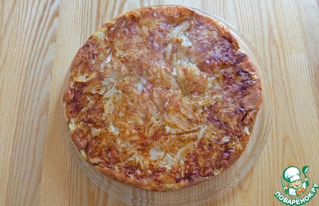 """Дадим пицце после духовки немного """"схватиться"""", и минут через 5 можно переворачивать на блюдо! Выглядит она вот так, со стороны лука. :)"""