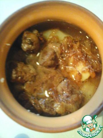 В горшочки кладем картофель, печень с луком, солим, перчим. Добавляем клюквенно-медовый сироп и заливаем картофельной водой так, чтобы продукты были закрыты почти полностью.