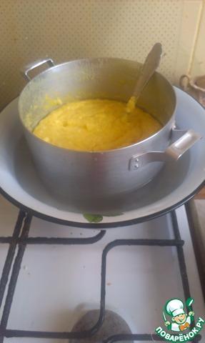 Когда сырная масса начнет хорошо отставать от краев кастрюли, сыр можно перекладывать в форму.