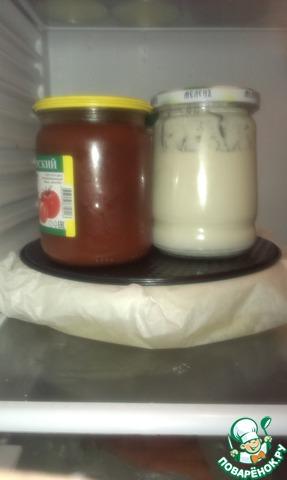 Прячем сыр снова в холодильник под гнет на 12 часов. Спустя 12 часов убираем гнет и оставляем сыр в холодильнике отдыхать и набирать силу на сутки. Если вы хотите более твердый сыр, то его нужно разрезать на четыре ровные части, завернуть каждую в в пергамент и оставить на сутки. Если его не разрезать, а целиком оставить на сутки-он будет более мягким и эластичным.