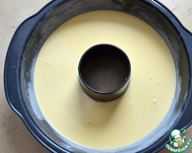 Перелить тесто в подготовленную форму для выпечки.