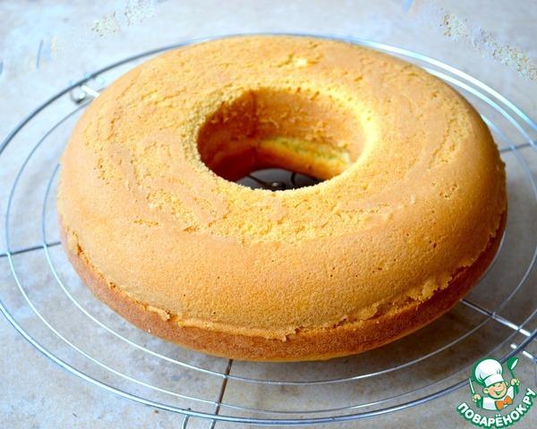 Готовый кекс достать из духовки и дать ему постоять 10 минут. Затем переложить кекс на решетку и дать ему полностью остыть. Думаю, что такой кекс можно с легкостью полить любой любимой глазурью, а можно просто присыпать сахарной пудрой.