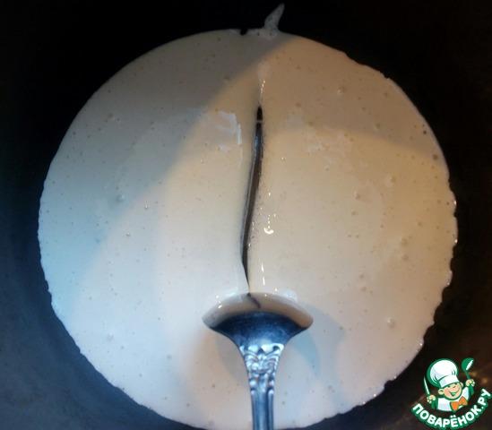 Желтки отделить от белков. Желтки взбить с сахаром и ванильным сахаром в пену, переложить в металлическую посуду, накрыть фольгой и заморозить до полутвердого состояния.   На фото желтки до замораживания.